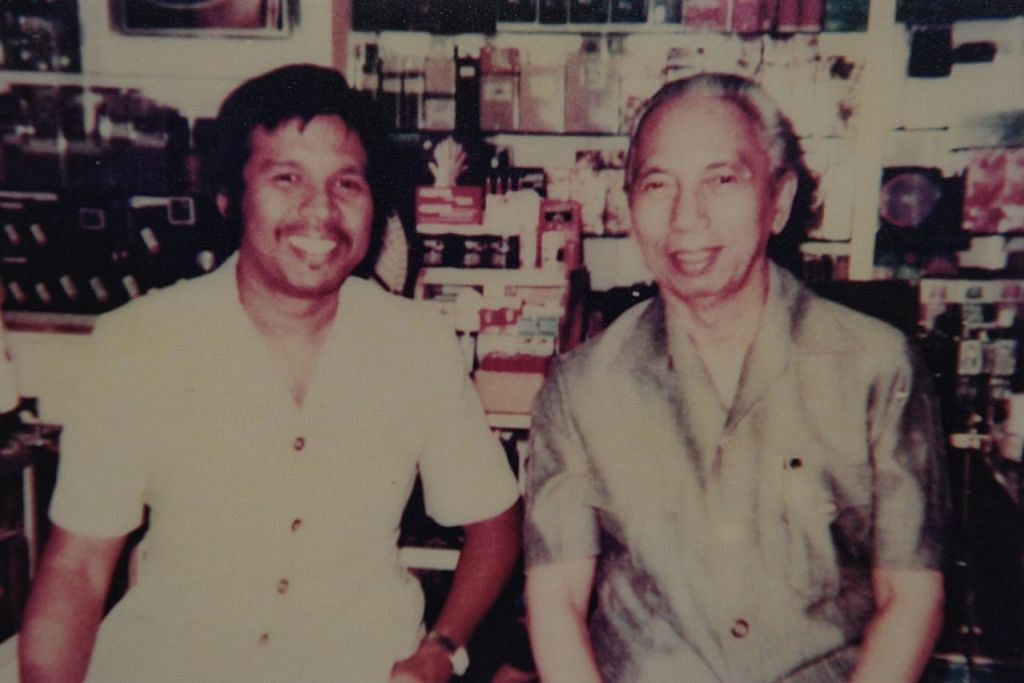 GAMBAR BERSAMA ORANG BESAR ASEAN: Encik Abdul Hamid (kiri) bersama pengasas Asean dan mantan Naib Presiden Indonesia, Allahyarham Adam Malik, di pejabat Encik Abdul Hamid di Bangunan Yen Sang pada 1981. - Foto ihsan ENCIK ABDUL HAMID SULAIMAN