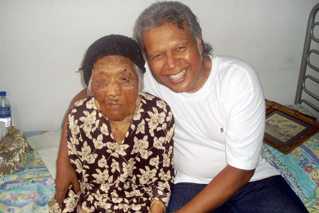 GAMBAR KENANGAN BERSAMA IBU: Encik Abdul hamid bersama ibunya, Allahyarhamha Cik Davia Omar, yang meninggal dunia ketika berusia 109 tahun pada 2010. - Foto ihsan ENCIK ABDUL HAMID SULAIMAN