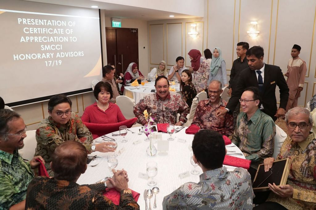 PERJUMPAAN RAYA PENIAGA: Menteri bertanggungjawab bagi Ehwal Masyarakat Islam, Encik Masagos Zulkilfi Masagos Mohamad (duduk, tiga dari kanan), beramah mesra dengan tetamu semasa perjumpaan Hari Raya anjuran Dewan Perniagaan dan Perusahaan Melayu Singapura (DPPMS). Antara mereka Anggota Parlimen GRC Bishan-Toa Payoh, Encik Saktiandi Supaat (duduk, dua dari kiri), dan Presiden DPPMS, Encik Farid Khan (duduk, tengah). - Foto BH oleh KELVIN CHNG