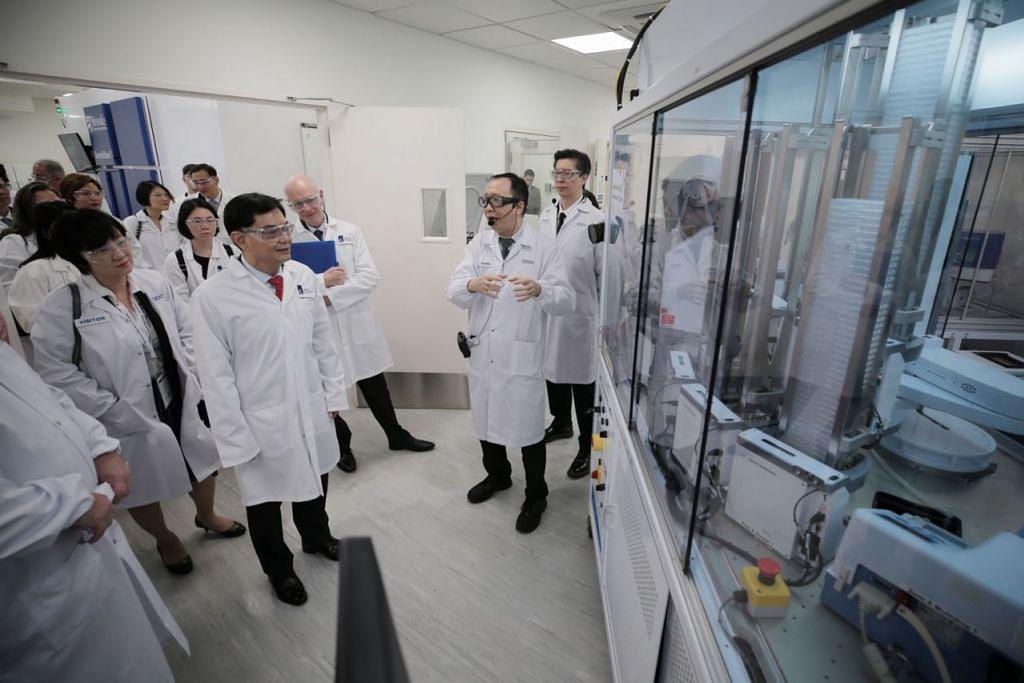 PUSAT BARU: Timbalan Perdana Menteri dan Menteri Kewangan, Encik Heng Swee Keat (dua dari kiri) yang juga pengerusi Yayasan Penyelidikan Nasional (NRF), meninjau Pusat Pembangunan Ubat Eksperimental (EDDC) itu, yang terletak di Biopolis, semalam. – Foto BH oleh JASON QUAH