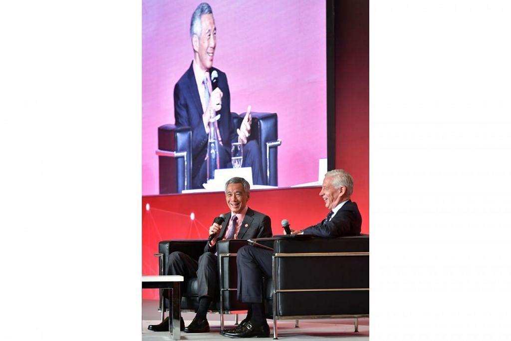 KONGSI PANDANGAN: PM Lee (kiri) semasa di dialog Puncak Negara Bijak kelmarin. Di sebelahnya ialah moderator sesi dialog, Encik Dominic Barton, yang merupakan Emiratus rakan urusan global di syarikat McKinsey & Co. - Foto BH oleh NG SOR LUAN