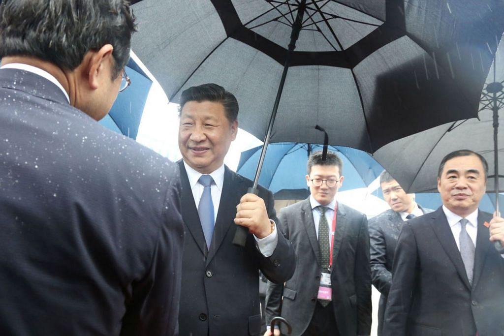 KETIBAAN ROMBONGAN CHINA: Presiden China Xi Jinping (dua dari kiri) dan rombongannya tiba di Lapangan Terbang Antarabangsa Kansai menyusuli sidang puncal Kumpulan 20 (G-20) di Izumisano, Osaka. - Foto REUTERS