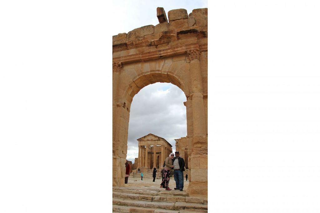 RUNTUHAN PURBA: Penulis bersama suami di runtuhan kuil kaum Romawi yang digali di tapak arkeologi Sbeitla atau Sufetula sebuah bandar purba di utara-tengah Tunisia.
