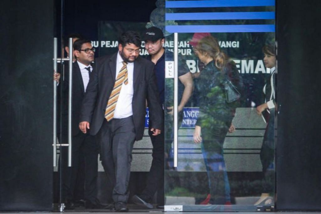 Encik Haziq Aziz (bertopi hitam) dibebaskan dengan ikat jamin dari Ibu pejabat Polis Daerah Dang Wangi di Kuala Lumpur pada 15 Jun 2019. FOTO: THE STAR MEDIA GROUP