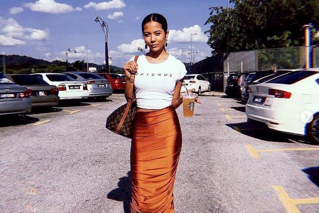 Kemeja T putih dipadankan dengan skirt tinggi bagi hari-hari biasa. FOTO: INSTAGRAM/ AISYAH AZIZ