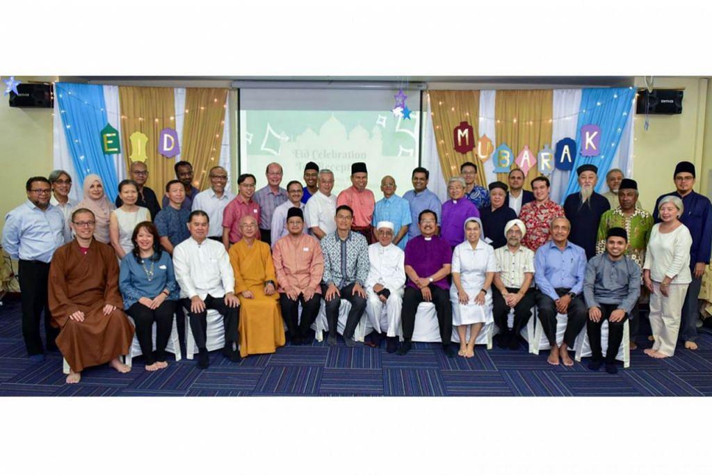 PERKUKUH IKATAN: Ketua silang agama Singapura yang sedia kukuh harmoni hubungannya bergambar beramai-ramai pada akhir majlis minum teh sempena Hari Raya di Pusat Harmoni, Masjid An-Nahdhah, Isnin lalu. – Foto-foto PUSAT HARMONI
