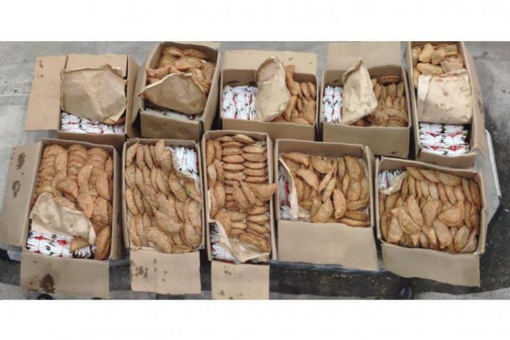 Pegawai ICA menemui 7,500 paket tembakau yang disembunyikan di bawah epok-epok yang dibawa masuk ke Singapura dari Malaysia. FOTO: FACEBOOK/ ICA