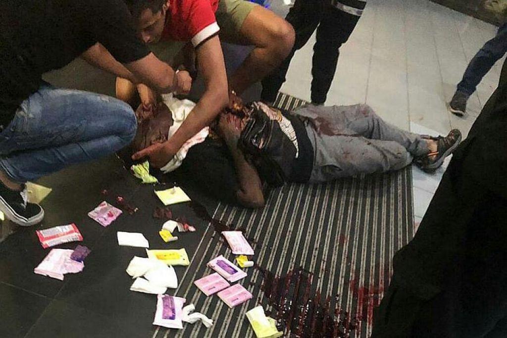 Beberapa orang dilihat cuba membantu menghentikan pendarahan teruk mangsa menggunakan tisu paket. FOTO: ENCIK NGUYEN/ INTERNET