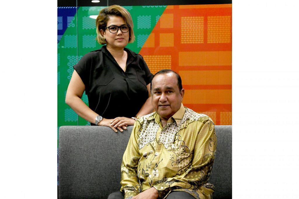 GANDING BAHU: Hasil gabungan tenaga antara Raja Lelong atau Encik Mohsin Nazarali dengan anaknya – pereka fesyen dan usahawan, Cik Fatimah Mohsin – sempena Jualan Raksasa Singapura (GSS) di Baghdad Street. – Foto BH oleh KHALID BABA