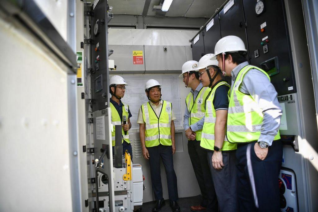 KERJA PENINGKATAN: Encik Khaw (dua dari kiri) melawat stesen MRT Kranji untuk meninjau kerja pembaharuan sistem kuasa NSEWL yang sedang dijalankan. – Foto BH oleh ARIFFIN JAMARI