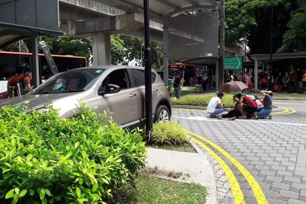 Enam orang cedera akibat kemalangan antara dua kereta yang berlaku di Compassvale Street menghala Rivervale Drive semalam. FOTO: SG SHARE & DISCUSS FOR SINGAPORE/ TELEGRAM