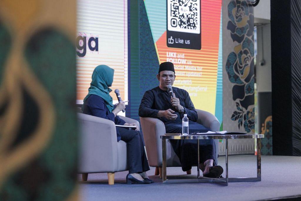 KONGSI STRATEGI NIAGA: Encik Malik (kanan) bersama koresponden Berita Harian, Cik Norhaiza Hashim (kiri) selaku moderator sesi itu membincangkan rahsia dan strategi dalam memperkembangkan perniagaan.