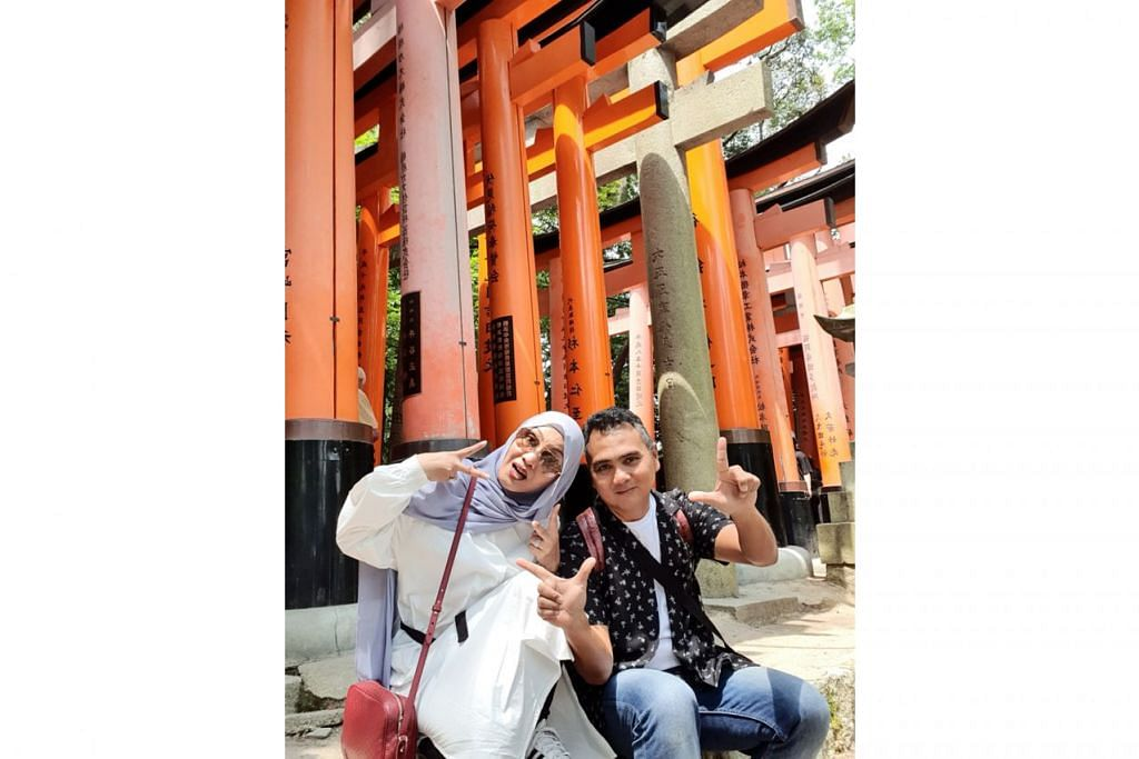 GAMBAR KENANGAN: Penulis dan isteri bergambar di Kuil Fushimi Inari di Kyoto yang terkenal dengan gerbang-gerbang berwarna oren yang mengelilingi kompleks agama Shinto dan diiktiraf sebagai warisan dunia Unesco. - Foto BH oleh NAZRY MOKHTAR