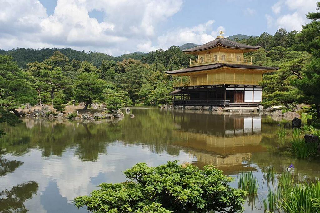 WARISAN DUNIA: Kuil Kinkakuji, sebuah kuil zen Buddha, yang dindingnya disaluti dedaun emas, adalah antara beberapa bangunan bersejarah yang diwartakan sebagai tapak warisan dunia Unesco di Kyoto, Jepun. - Foto BH oleh NAZRY MOKHTAR