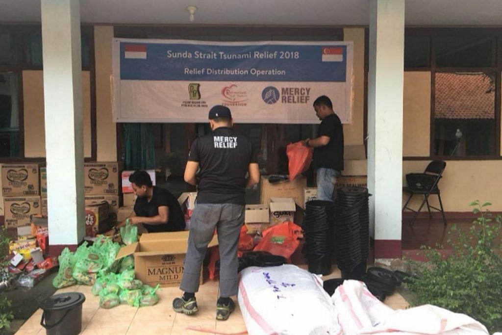 PROGRAM KEMANUSIAAN: Antara projek bantuan yang dijalankan Mercy Relief termasuk agihan kepada mangsa tsunami Selat Sunda pada 2018. – Foto fail