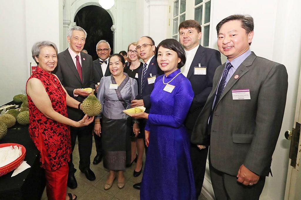 PM Lee ketengah makanan kegemaran S'pura kepada wakil luar negara