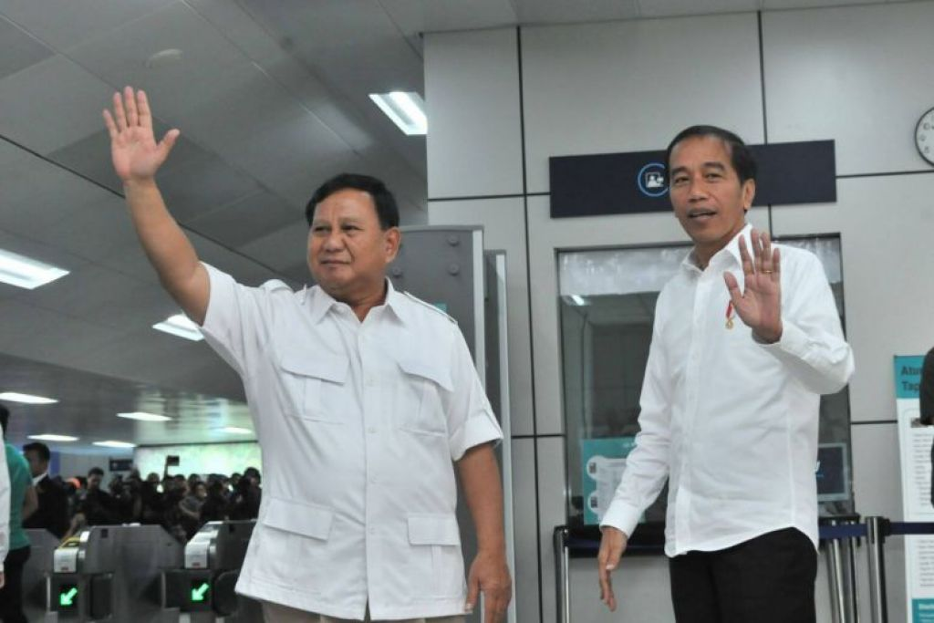 Presiden Joko Widodo (kanan) menaiki MRT bersama bekas pesaing sengitnya Encik Prabowo Subianto pagi tadi. FOTO: IHSAN SETIAUSAHA KABINET