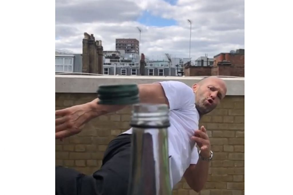 TUNJUK AKSI: Pelakon aksi Jason Statham adalah antara selebriti yang melakukan aksi menyepak penutup botol dari sisi menerusi cabaran yang tular di media sosial, #BottleCapChallenge. – Foto fail