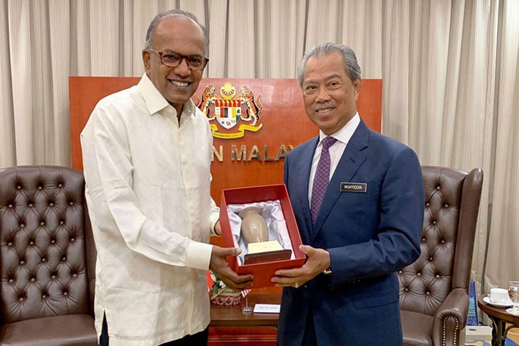 TEMU RAKAN SEJAWATAN: Menteri Ehwal Dalam Negeri, Encik K. Shanmugam (kiri), menemui rakan sejawatannya Tan Sri Muhyiddin (kanan) dalam satu lawatan rasmi ke Kuala Lumpur kelmarin. - Foto FACEBOOK K. SHANMUGAM