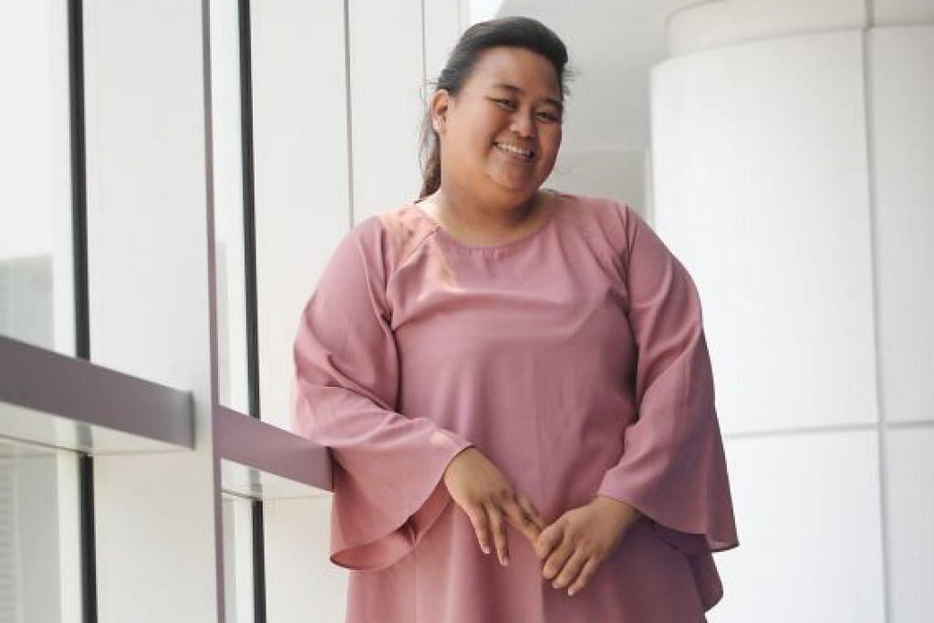 BERKORBAN DEMI KELUARGA: CiK Siti Nurhajah Haron yang dinobat sebagai 'valedictorian' kursus kejururawatan di ITE Kolej Timur menerima Gred Purata Mata (GPA) penuh sebanyak 4.0. Beliau juga dianugerahi Pingat Emas Lee Kuan Yew. – Foto BH oleh ALPHONSUS CHERN