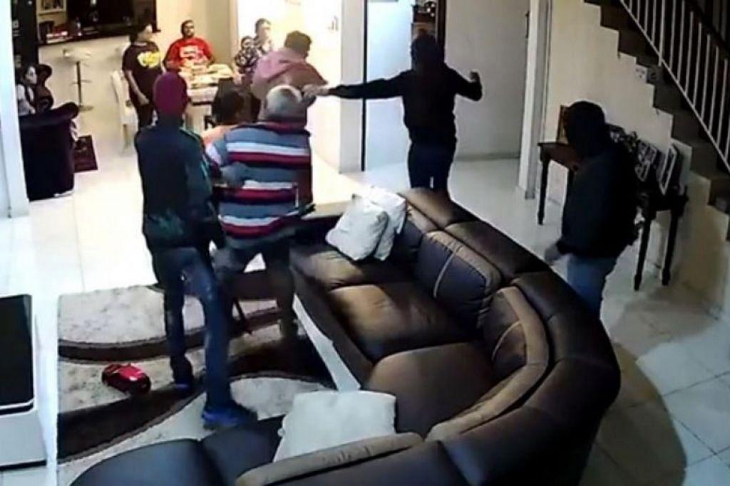 Lapan orang sedang menjamu selera apabila lelaki bersenjata parang memasuki rumah.