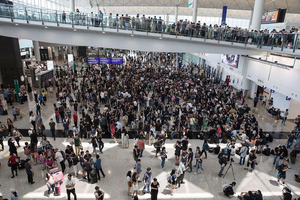 Penunjuk perasaan banjiri Lapangan Terbang HK