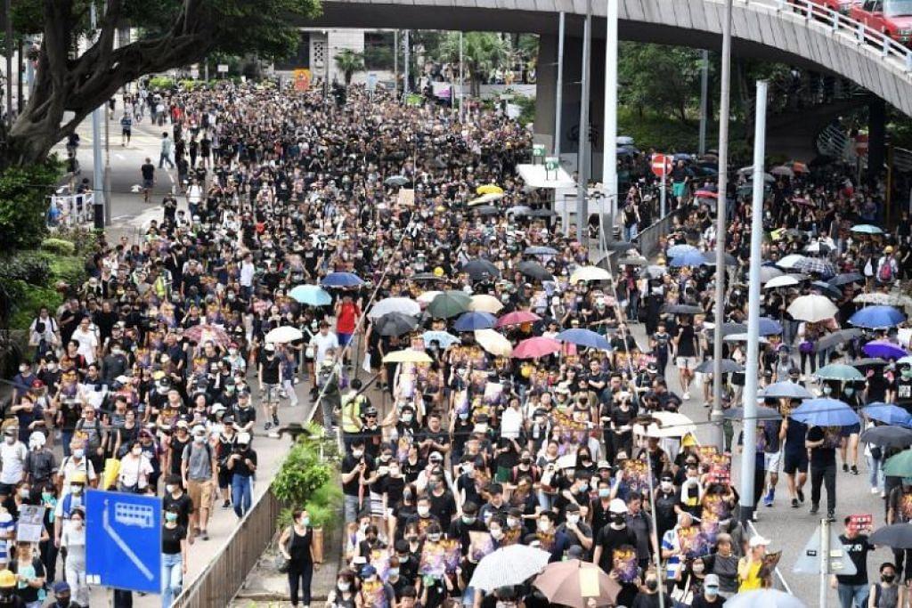 Penunjuk perasaan berarak di kawasan Wanchai pada 28 Julai 2019. FOTO: CHONG JUN LIANG