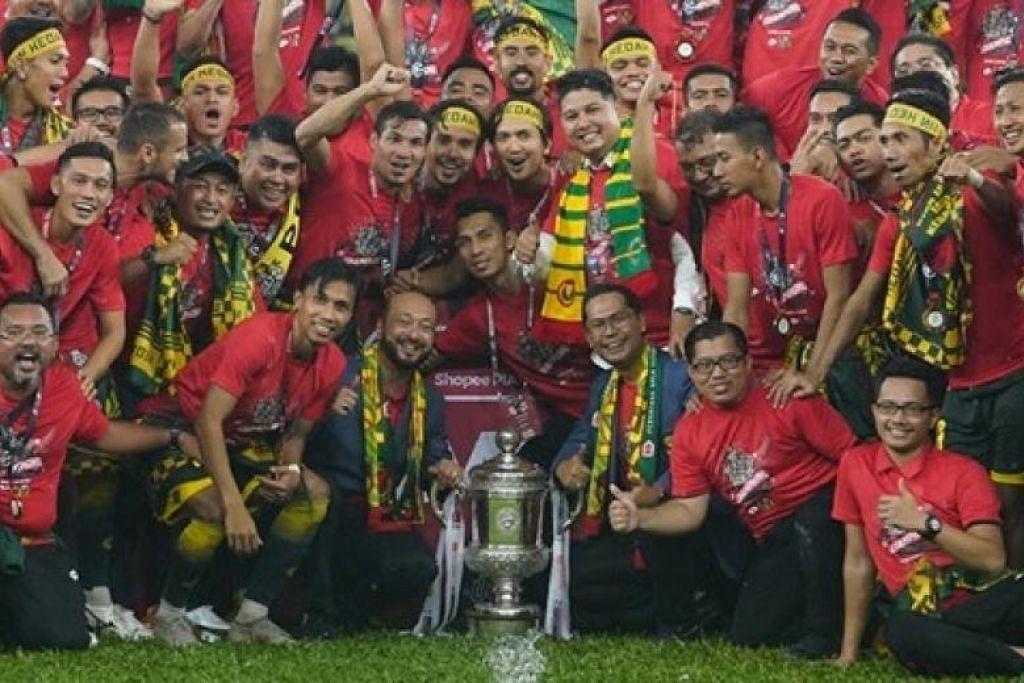 Pemain Kedah FA menyambut kemenangan Piala FA Malaysia dengan jurulatih mereka. FOTO: FACEBOOK/ KEDAH FA