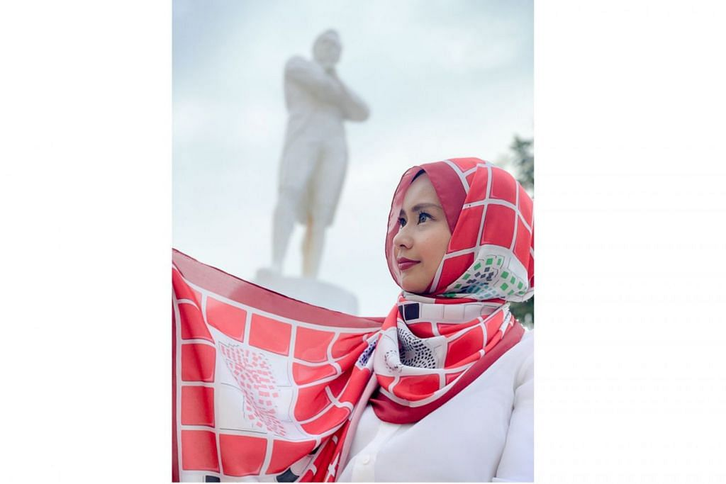 TANDA HORMAT: Diyana Halik memberi penghormatan kepada pembangunan Singapura sempena sambutan Bicentennial. – Foto ihsan DIYANA HALIK