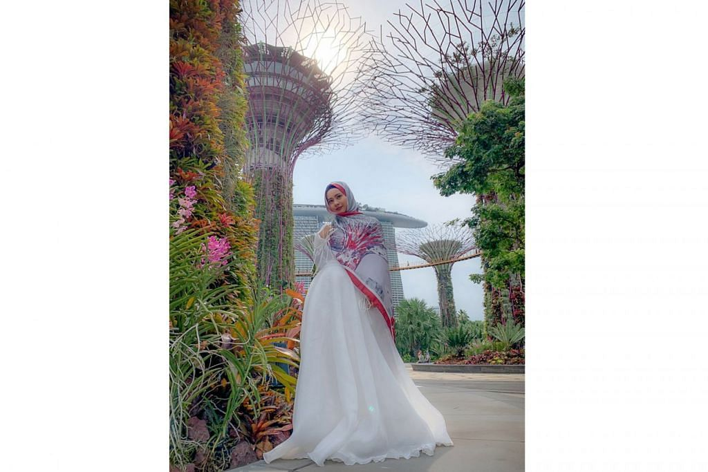 BUNGA-BUNGA HATI: Keindahan Gardens By The Bay turut berbunga di hati Diyana Halik sehingga beliau menghasilkan tudung berinspirasikan tanaman-tanaman di taman tersebut. – Foto ihsan DIYANA HALIK