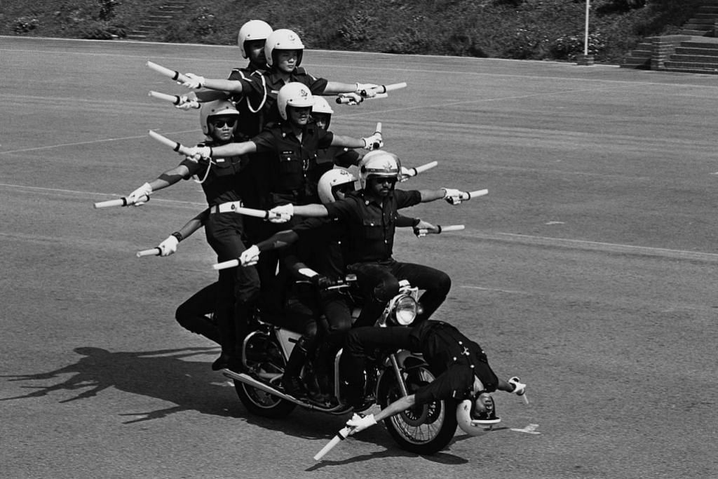 1987: Anggota dari unit provos SAF dan pasukan polis beraksi nekad di atas motosikal dalam persembahan yang dinamakan 'Vitality'.