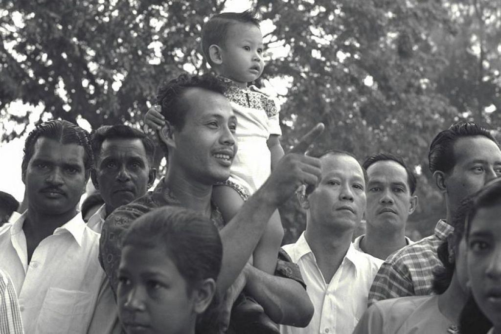 1961: Si cilik turut teruja menikmati pelbagai persembahan penuh warna-warni sempena sambutan Hari Kebangsaan 1961.