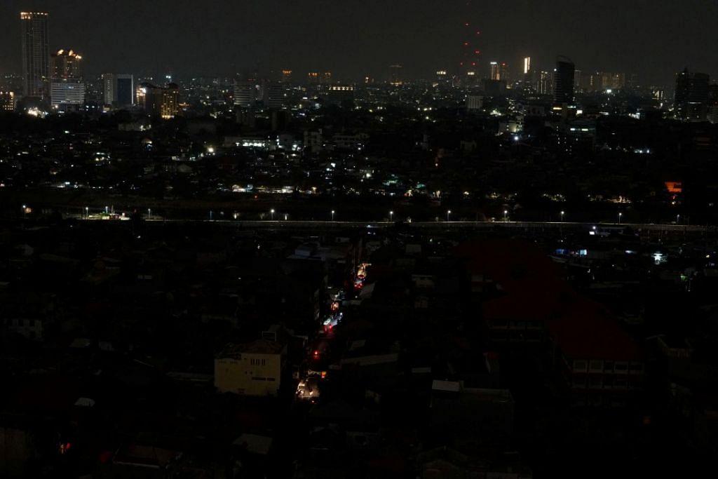 Pemandangan di Jakarta ketika bekalan elektrik terputus. - Foto Reuters
