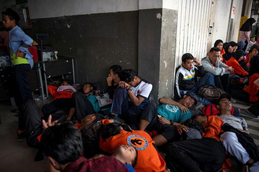 Penumpang menunggu di stesen MRT setelah bekalan elektrik menjejas MRT - Foto Reuters