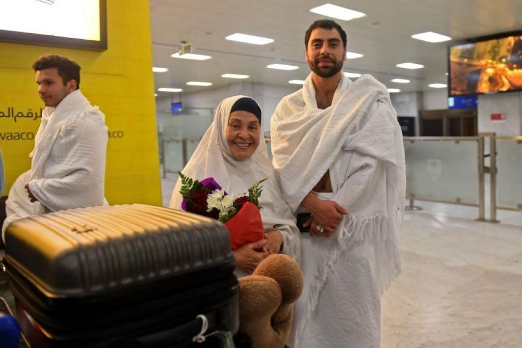 Keluarga serangan pengganasan di Christchurch dijemput menunaikan haji di Makkah. - Foto AFP