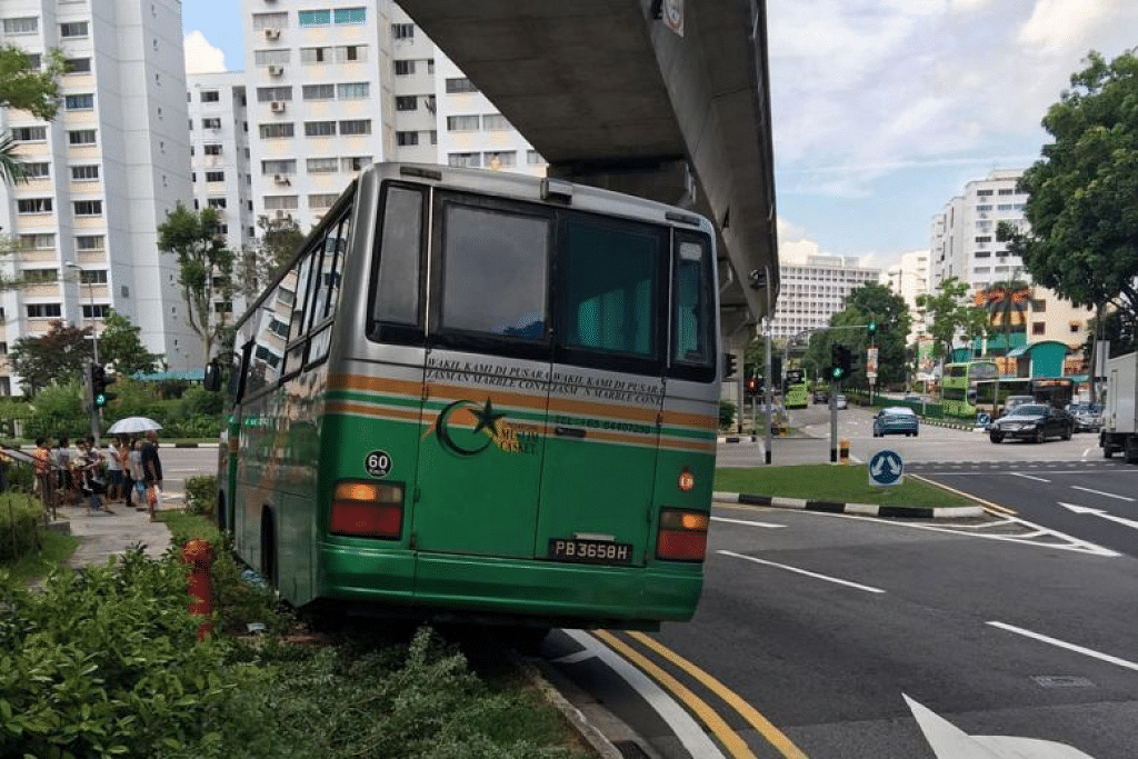 Bas jenazah Singapore Muslim Casket and Marble Contractor melanggar Cik Lim di Bukit Panjang pada September 2016. FOTO: Keluarga Cik Ong Lim
