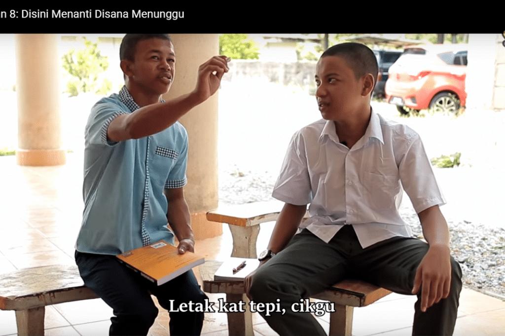Yoe (kiri) dan Asif (kanan) dalam drama lakonan santai, Di Sana Menanti Di Sini Menunggu, yang mendapat 2.1 juta tontonan di YouTube.