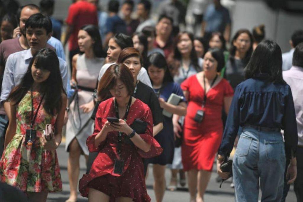 KERJA KERAS: Singapura menduduki tempat kedua tertinggi untuk keamatan kerja, yang mengambil kira faktor seperti jumlah cuti libur yang diambil, cuti bersalin dibayar untuk ibu dan bapa, serta kadar pekerja sepenuh masa yang bekerja lebih 48 jam seminggu. -Foto FAIL ST.