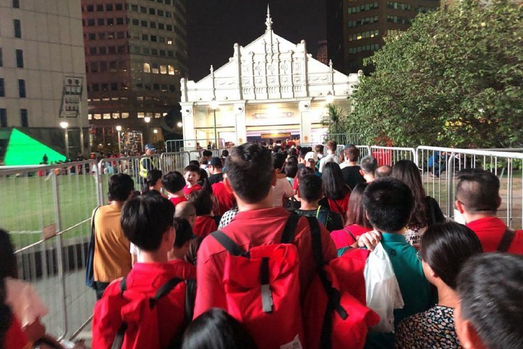 MASA UNTUK PULANG: Selepas tamat NDP, orang ramai berpusu-pusu keluar dari kawasan Padang untuk pulang, dan stesen kereta api berdekatan sesak dengan orang.