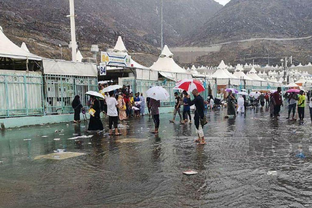 BANJIR KILAT DI MINA: Hujan lebat di Mina menyebabkan khemah bocor dan bekalan elektrik terputus. -Foto YUSRI ABDUL MALEK