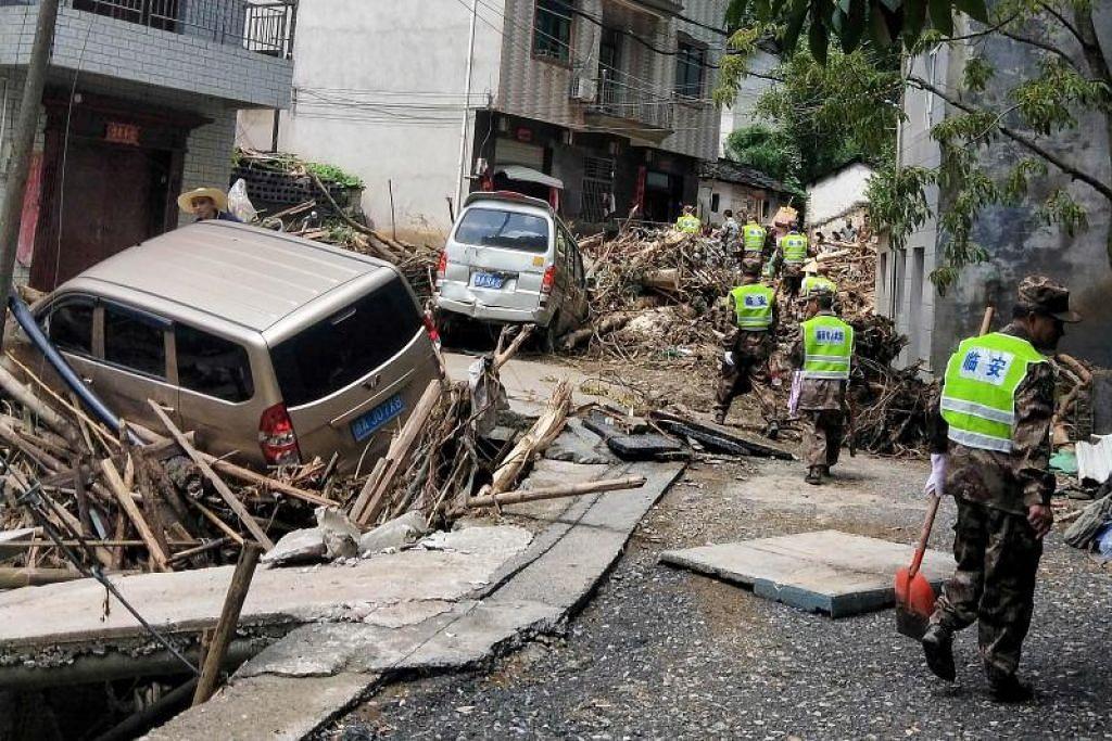 RIBUT TAUFAN LEKIMA: Ribut taufan Lekima yang membadai wilayah Zhejiang di Cina membawa bersamanya angin sekencang 187 km/jam yang mengakibatkan kerosakan pada harta benda dan kerugian ekonomi berbilion dolar serta mengganggu perjalanan secara meluas. -Foto AFP.