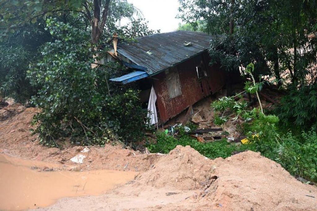 TANAH RUNTUH: Sebuah rumah musnah akibat kejadian tanah runtuh di kampung Mutkyi di perbandaran Paung, negeri Mon di Myanmar. Kejadian tanah runtuh di negeri Mon pada 9 Ogos lalu mengakibatkan banjir teruk di kawasan berhampiran, adakalanya mencapai bumbung rumah dan pokok. - Foto Ye Aung Thu/AFP.