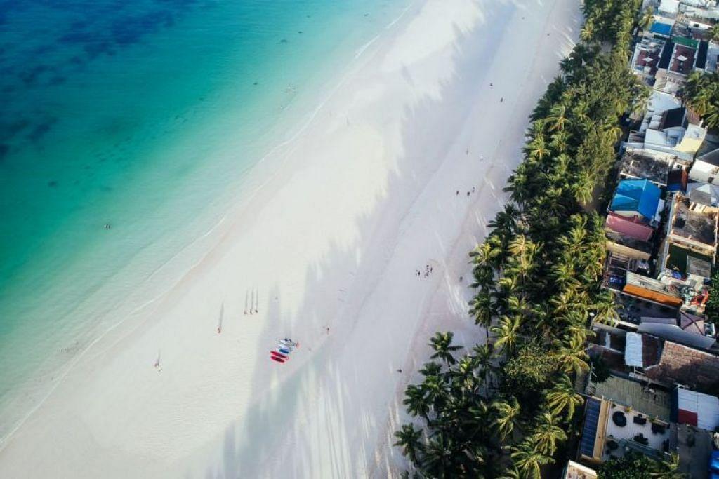 DITUTUP 72 JAM:pantai Boracay ditutup selama 72 jam untuk kerja-kerja pembersihan sehingga 72 jam selepas seorang pelancong asing dikatakan telah membiarkan anaknya membuang air besar di perairannya.-Foto CRISTINA MENINA untuk THE STRAITS TIMES.