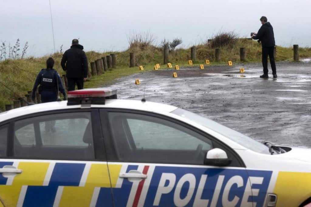 MENGUMPUL BUKTI: Pegawai polis kelihatan mengumpul bukti di tempat serangan berlaku pada pagi hari ini, di mana seorang pelancong Australia ditembak mati. -Foto AP.