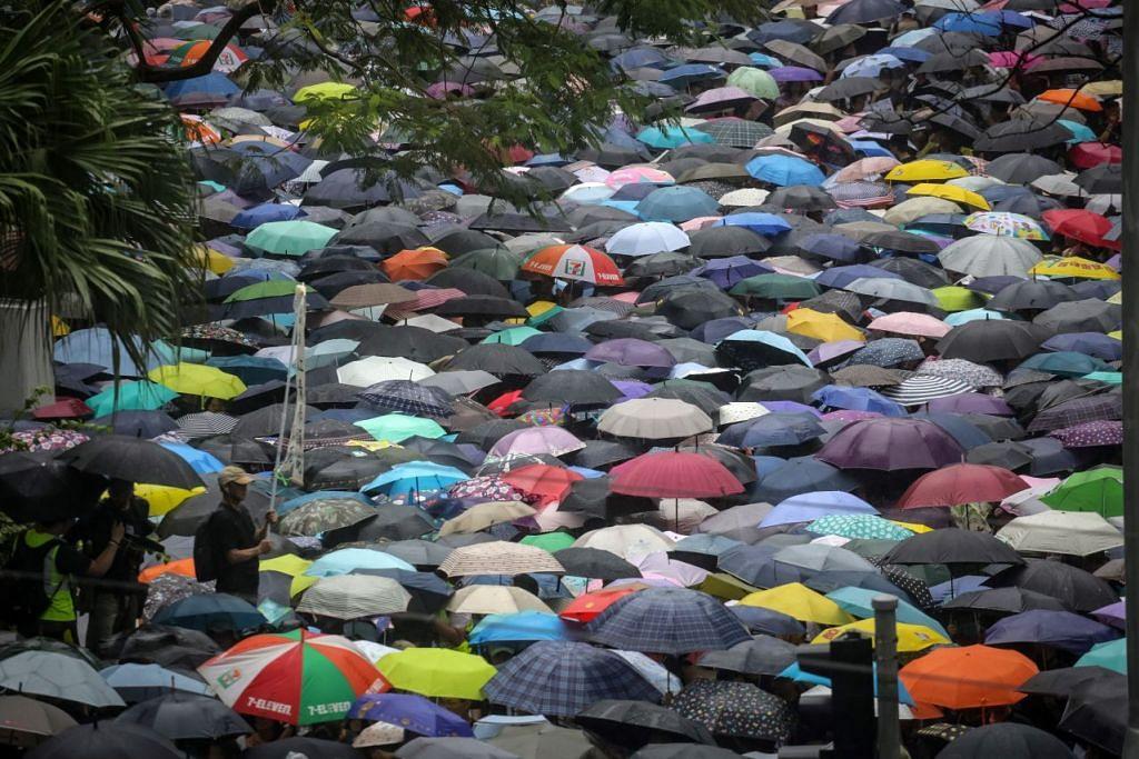 Guru-guru mengambil bahagian dalam perarakan dari Chater Garden ke Government House di Hongkong. - Foto EPA-EFE