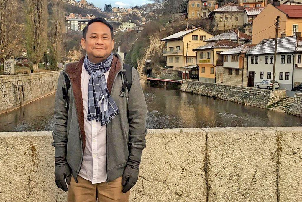 PERKAYA PENGALAMAN: Ustaz Saif-ur-Rahman memulakan perniagaan pelancongan ke destinasi menarik kerana ingin orang ramai pelajari tentang sejarah dengan lebih dekat lagi. Dalam gambar ini yang dipetik tahun lalu, beliau berada di Bosnia-Herzegovina. – Foto ihsan SAIF-UR-RAHMAN