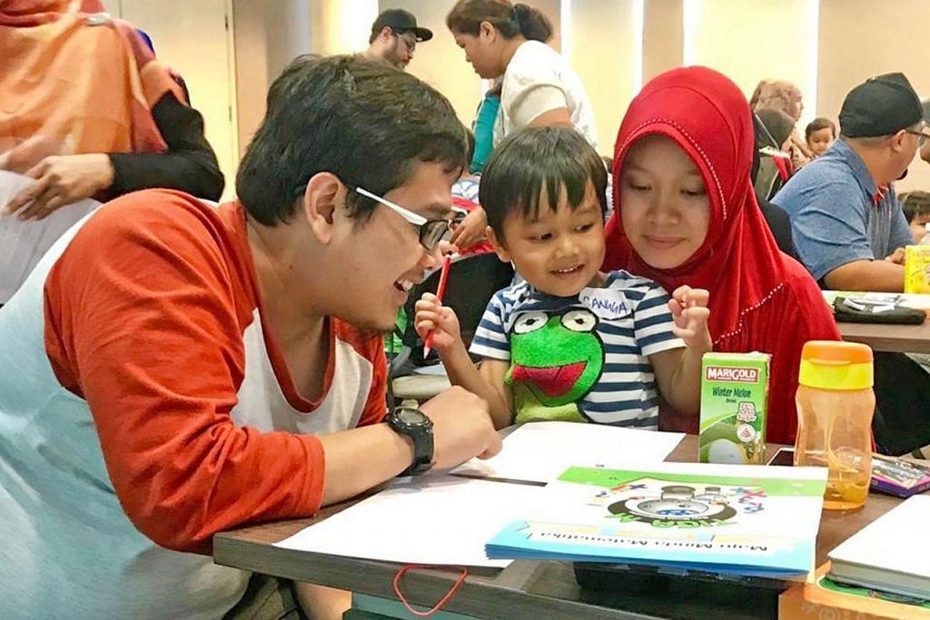 SERONOK DENGAN MATEMATIK: Sepasang ibu bapa muda sedang membantu anak mereka menghuraikan masalah matematik semasa kelas KMM@Jurong.  – Foto M³@JURONG