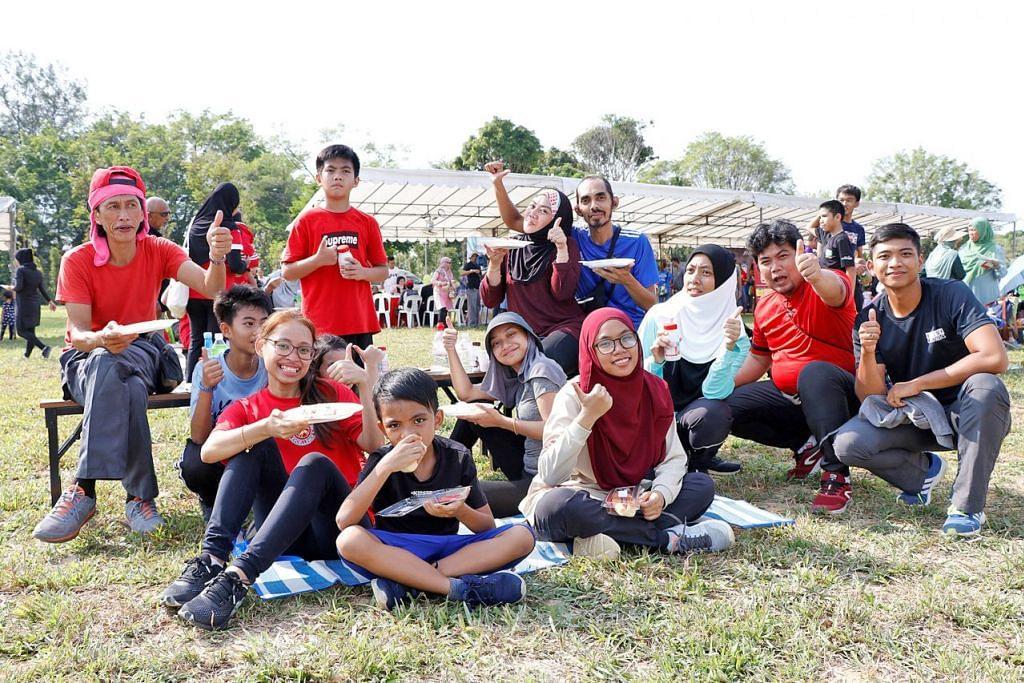 DEKATI PENDUDUK: Para penduduk di kawasan GRC Jurong dalam satu acara 'telematch' semasa Hari Keluarga yang dianjurkan oleh M³@Jurong pada bulan lalu. – Foto M³@JURONG