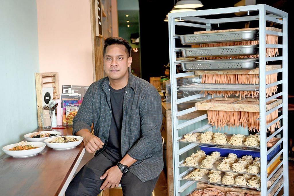 MINAT KULINARI: Meskipun tidak pernah menghadiri kelas kulinari, Encik Sufi (atas) minat memasak dan menghasilkan idea inovatif bagi perisa pastanya yang diadun segar dalam restoran setiap hari. – Foto BM oleh KHALID BABA