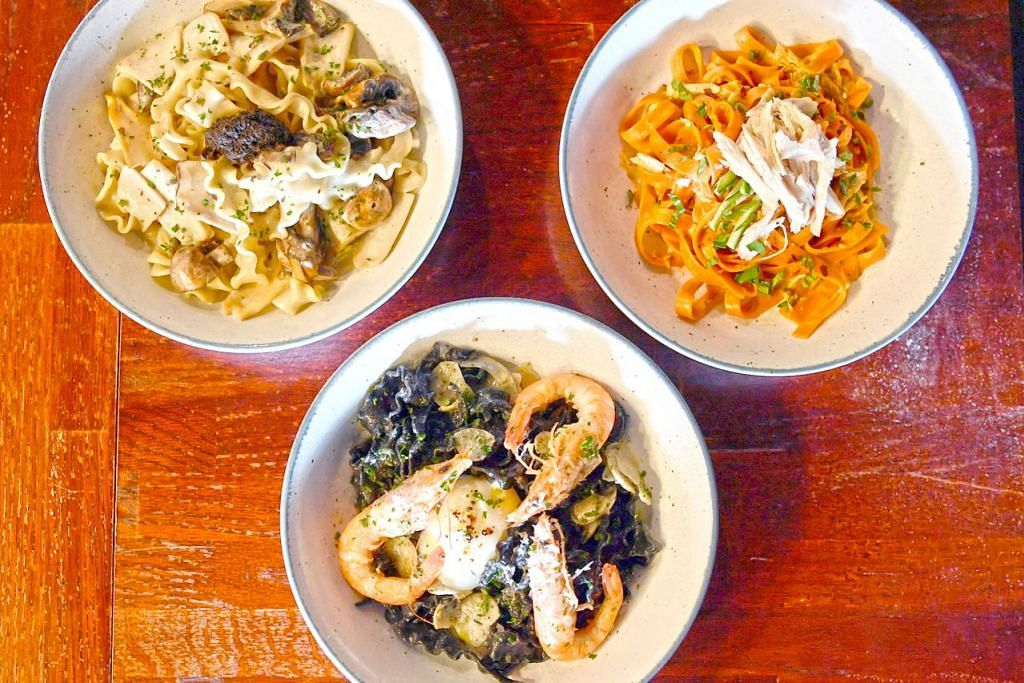 PASTA MENARIK: Antara hidangan pasta popular yang dihidangkan di Tipo SG adalah 'Prawn Aglio Olio Squid Ink', dan 'Mushroom Madness'. Hidangan pasta 'Creamy Laksa Pasta' adalah menu istimewa bagi bulan Ogos sempena Hari Kebangsaan. – Foto BM oleh KHALID BABA